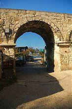 Арка акведука в Аполлоновой бухте Севастополя
