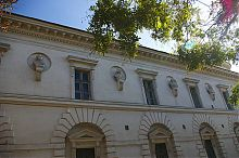Барельефы классиков русской литературы на здании севастопольской центральной библиотеки