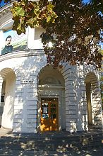 Центральний вхід севастопольської центральної бібліотеки ім. Л.Н. Толстого