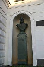 Бюст М.П. Лазареву на одноименной площади Севастополя