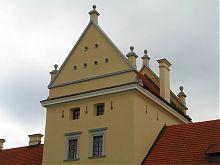 Фронтон въездной башни замка в Жолкве