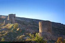 Башни-барбаканы северной оборонной стены крепости Чембало