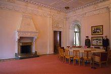 Переговорный стол глав трех великих держав в Вестибюле Ливадийского дворца