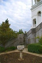 Каменная чаша и колодец с химерой в Ливадийском парке