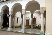 Мармурова галерея біля центрального входу лівадійської церкви Воздвиження
