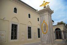 Мраморный дворик с колонной в честь визита Александра I комплекса кенас в Евпатории