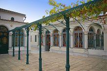 Виноградная арка дворика Ожидания комплекса караимских кенас в Евпатории