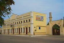 Школа-медрес и главные ворота текие дервиш в Евпатории