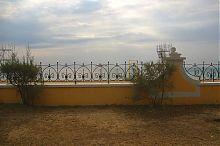 Ажурная ограда между пляжем и пешеходной зоной евпаторийской набережной им. М. Горького