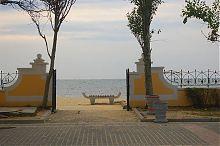 Вход на пляж со стороны набережной им. Максима Горького Евпатории