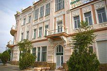 """Центральний вхід євпаторійського готелю """"Бо-Ріваж"""""""