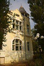 """Центральна стилізована вежа на будівлі колишньої дачі Казаса """"Рів'єра"""""""
