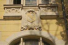 """Картуш на фасаді колишньої дачі Казаса """"Рів'єра"""" Євпаторії"""