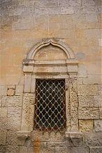 Окно первого яруса армянского храма святого Николая в Евпатории