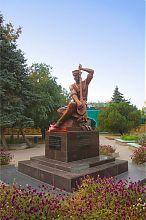 Памятник самому знаменитому средневековому певцу Гезлева у подножия Джума Джами