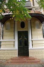 Центральний вхід будинку колишнього гахама караїмів С.М. Шапшала в Євпаторії
