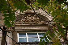 Оздоблення центрального вікна другого ярусу будинку Шапшала в Євпаторії