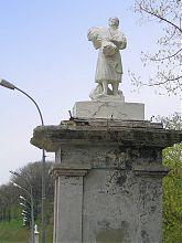 Статуя при виїзді з боку старого міста Кам'янець-Подільського