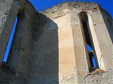 Стрілчасті вікна руїн меджібожського домініканського Троїцького костелу