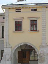 """Центральний фасад з аркадним підсіннями колишньої друкарні """"Гай Леві"""" в Жовквы"""