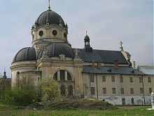 Північний фасад жолкевського костелу Святої Трійці і будівлі келій василіанського монастиря