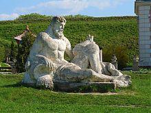 Статуя Нептуна в Золочевском замке на территории парка