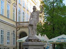 Статуя древнегреческой богини морей Амфитриты на западном углу пл. Рынок Львова