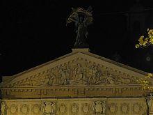Центральний фронтон зі статуєю Слави Національного академічного театру опери та балету у Львові