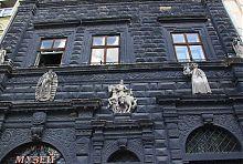 Барельефы центрального фасада Черной каменицы во Львове