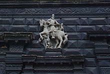 Скульптура святого Мартина на фасаде львовской Черной каменицы