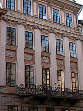 Центральний фасад Будинку пор року у Львові на вулиці Вірменській