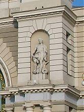 Скульптура на фасаді львівського залізничного вокзалу