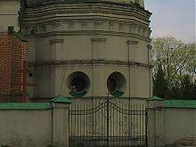 Центральний вхід і південна каплиця костелу Святої Трійці в Олесько