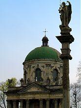 Статуя Пресвятої Богородиці біля Воздвиженського костелу в Підгірцях