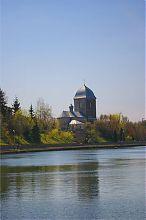 Тернопільська церква на березі ставка
