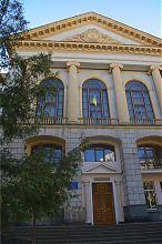 Центральний фасад спеціалізованої середньої школи №3 Тернополя