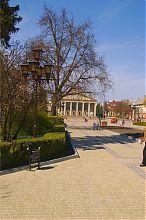 Центральний вхід Тернопільського обласного академічного драматичного театру ім. Т.Г. Шевченко