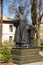 Памятник Иосифу Слипому возле Доминиканского монастыря Тернополя
