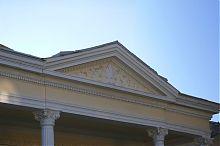 Центральний фронтон будівлі колишньої вілли А. Грабовського по вул. Івана Франка в Тернополі