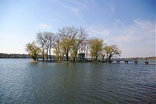 Острів закоханих серед глибоких вод Тернопільського озера