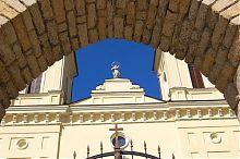 Фронтон центрального входа святого Станислава в Кременце