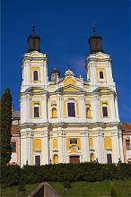 Центральний фасад колишнього єзуїтського костелу в Кременці