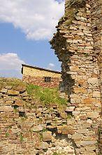 Руины юго-западной стены крепости в Золотом Потоке