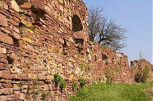Юго-восточная оборонная стена замка в Подзамочке