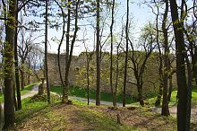 Пам'ятник Хшановській від вдячних жителів міста біля стін замку у Теребовлі
