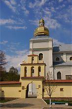 Арка-колокольня центрального входа монастыря босых кармелитов Теребовли