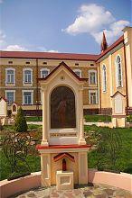 Сторінки Євангеліє поруч з монастирським комплексом