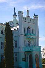 Центральний вхід палацу у Білокриниці
