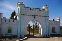 Въездная арка замка в Белокринице