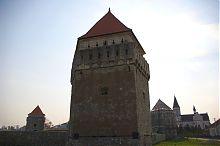 Внешний фасад западной башни крепости в Скалате